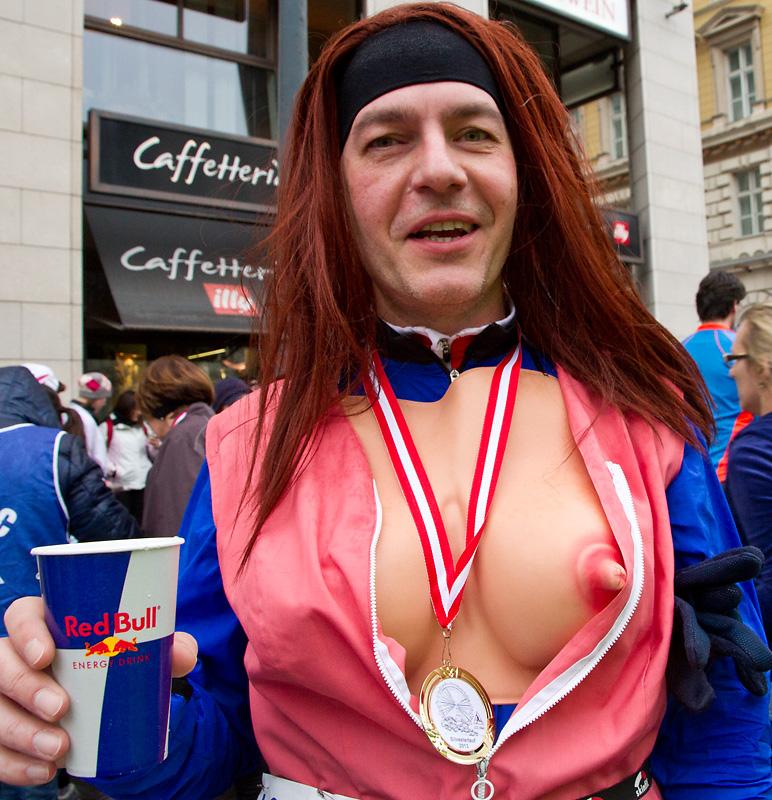 Mit stolzer Brust und Medaille