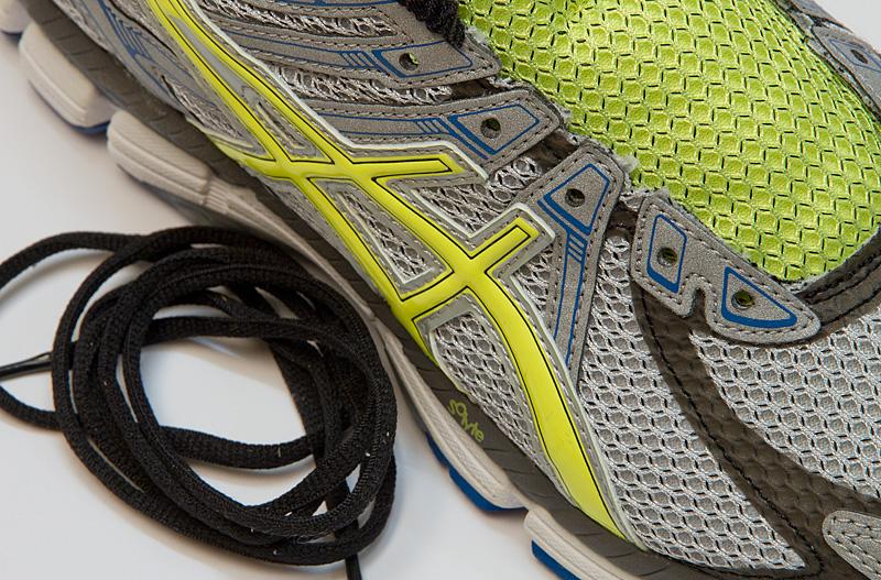 Alte Schuhbänder entfernen