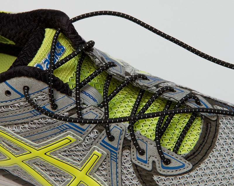Neue Schuhbänder einfädeln
