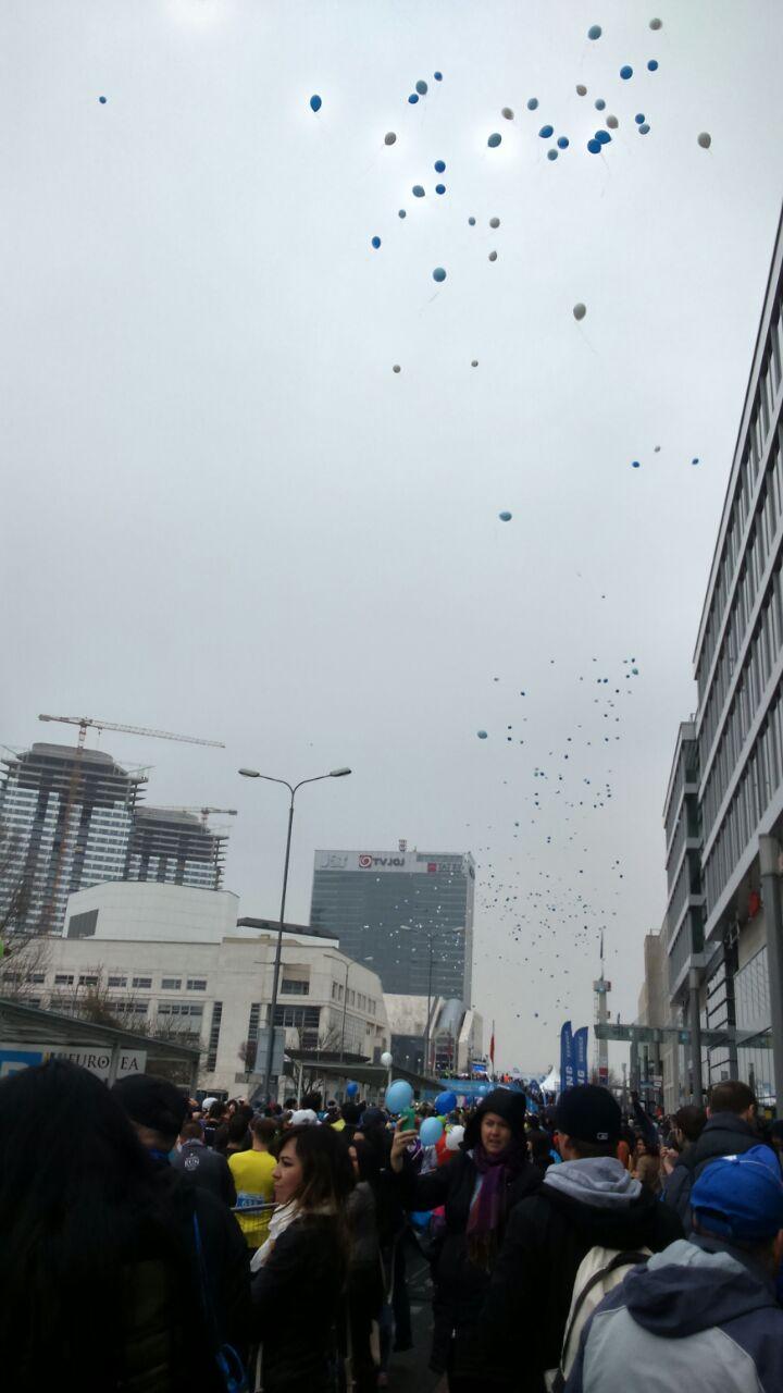 Luftballons steigen nach dem Startschuss