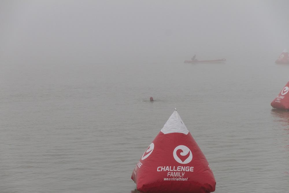 Einschwimmen im dichten Nebel